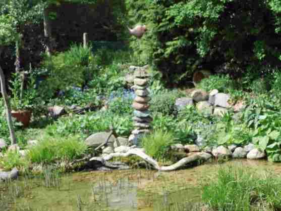 Im vorderen Teil des Gartens ist ein großer Teich, an dessen Ufern es viele Blickfänge wie diesen gibt.
